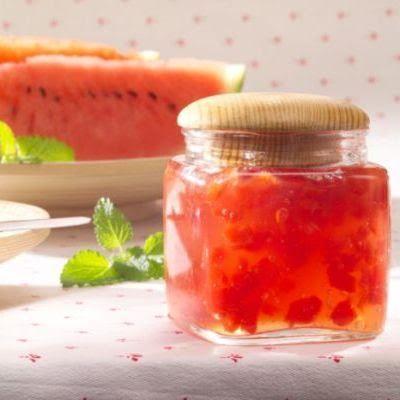 1. Curăță pepenele rosu de coajă și sâmburi și taie miezul cubulețe. 2. Într-o oală smălțuită sau de inox amestecă miezul de pepene cu conservantul și toarnă deasupra sucul de lămâie și pune pe foc. 3. Când începe să fiarbă, pune zahărul și amestecă bine. Lasă pe foc 5-10 minute, cât să se topească zahărul. …