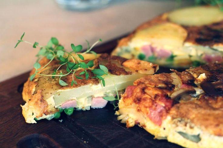 En herlig og mettende omelett med potet, løk, skinke og erter. Potetskivene gjør at den kan minne om en spansk tortilla, bare at den er mye enklere og mer lettvint - og dermed perfekt for studenter eller folk i farta.  Dette blir en skikkelig stor og god eggepanne, så den varer i flere dager hvis du er alene. Server gjerne med brød og smør, eventuelt en salat.