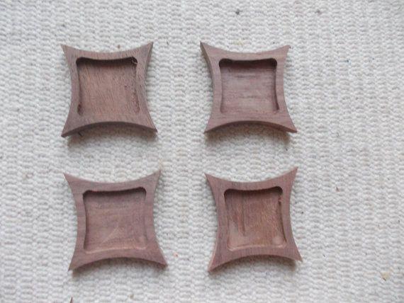 Neliönmuotoinen täytettävä korupohja,puutyö, puuesine, puukoru, puutuote, puutyö, puutarvike, korupohja, kapussipohja, täytettävä korupohja riipus, korupohja koruharsitöihin, puinen korupohja, puinen harrastustarvike, askartelutarvike, ripuspohja, Siihen mahtuu keskelle kuva, tekstiilityö  Koko: 4 cm x 4 cm https://www.etsy.com/listing/184884257/4-pc-unfinished-curved-square-dark?ref=related-6