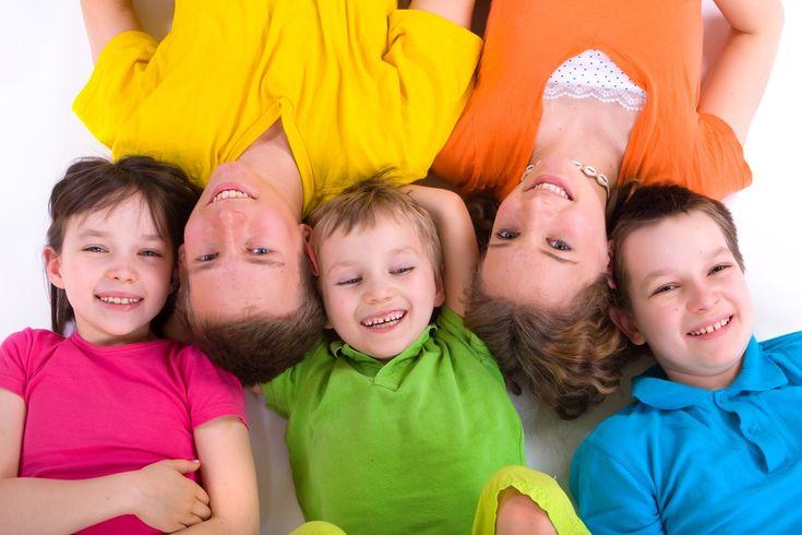 Niños felices y recostados