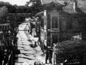 Yeniköy 1956 yılındaki Adnan Menderes İstimlaklarıyla bir çok yapısını kaybetmiştir. Bu fotoğraf 1956 yılından evvelki dönemi göstermektedir.
