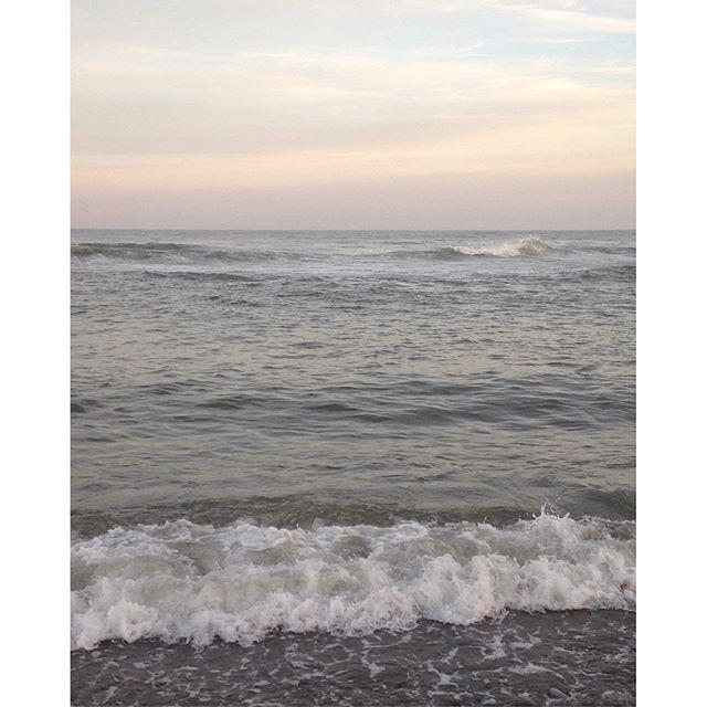 【navy.122】さんのInstagramをピンしています。 《ウィリアム・ターナーの絵画のような柔らかい色彩 最近、こうゆう柔らかい色が好き #sea #blue #japan #water#sun #view #sky #picoftheday #picture #photos #thinking #trip #travel #beach #日本海#海#浜辺 #ocean #morning #beatiful #wave》