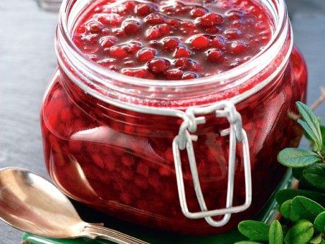 Sylten får mer gelékonsistens och en klarare röd färg när sockret rörs ner i de kokta bären.