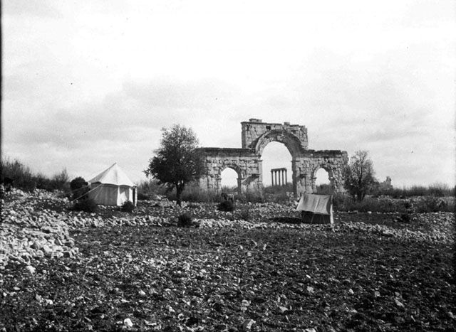 Όλβα Κιλικίας-Triple arch - City Gate, and Gertrude Bell's camp Date taken: May 1905	 Photographer: Gertrude Bell Location:Uzuncaburç -Turkey Subject date: 5th C
