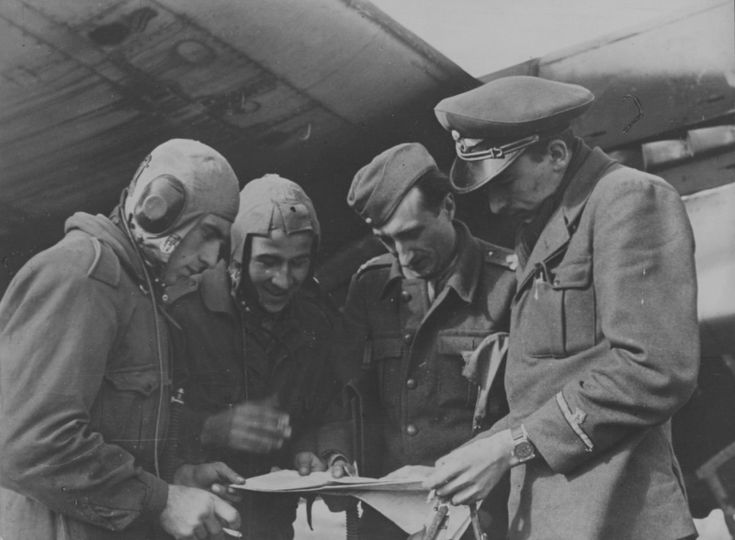 Экипаж румынского бомбардировщика Юнкерс Ю-88 уточняет боевую задачу