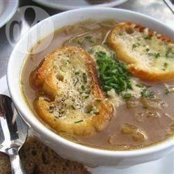 Dit is zo'n eenvoudige manier om uiensoep te maken, want de slowcooker doet het meeste werk! Een heerlijke soep voor een koude winterse dag.