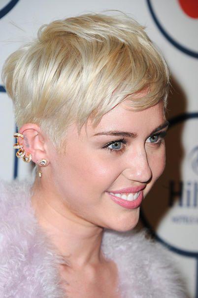 La frangia laterale di Miley Cyrus  Segni particolari. È una frangia mossa e frizzante, spuntata a ciocche lunghe oltre le sopracciglia spostate di lato.   Pro & contro. È l'alternativa chic alla solita frangia, ma va per forza tenuta di lato: non può essere portata in avanti.  Sta benissimo se… Hai i capelli corti o cortissimi: valorizza il taglio pixie e i colori strong come il biondo platino o il nero corvino.