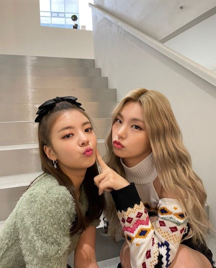 Yeji Lia Choijisu Hwangyeji Hwang Choi Itzy Yejisu In 2021 Kpop Girls Itzy I Love Girls
