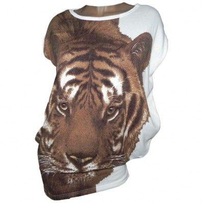 32,00 € ----- T shirt blanc imprimé tigresse.  Dans la famille des félins je demande LA tigresse.  Ce t-shirt blanc imprimé tigresse a du mordant !  Sa tête s'affiche en grand pour nous impressionner davantage.  On imagine déjà le feulement de la tigresse résonner dans la savane.  Femmes fortes et combatives, sortez les griffes !