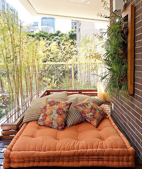 No projeto da paisagista Paula Magaldi para esta varanda, o tatame, feito de deque de cumaru, recebe o futon e as almofadas para compor o espaço destinado ao descanso. Atrás dele, na esquina da varanda, a floreira canelada forma o L, onde ficam os bambus altos, que garantem a privacidade dos moradores