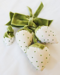 strawberry pin cushions. so adorable.
