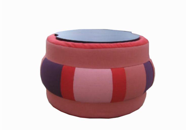 CIRCUS pouf che all'occorrenza si trasforma in tavolino grazie ad un piano in legno.