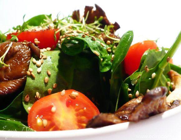 Освежающий салат со шпинатом, устричными вешенками и кунжутом  Вам понравится интересное сочетание зелени, устричных вешенок и кунжута. Подавайте в качестве закуски к обеденному столу. Приятного аппетита! #готовимдома #едимдома #кулинария #домашняяеда #вешенки #салат #закуска #кунжут #шпинат #зелень #вкусно #легкийсалат