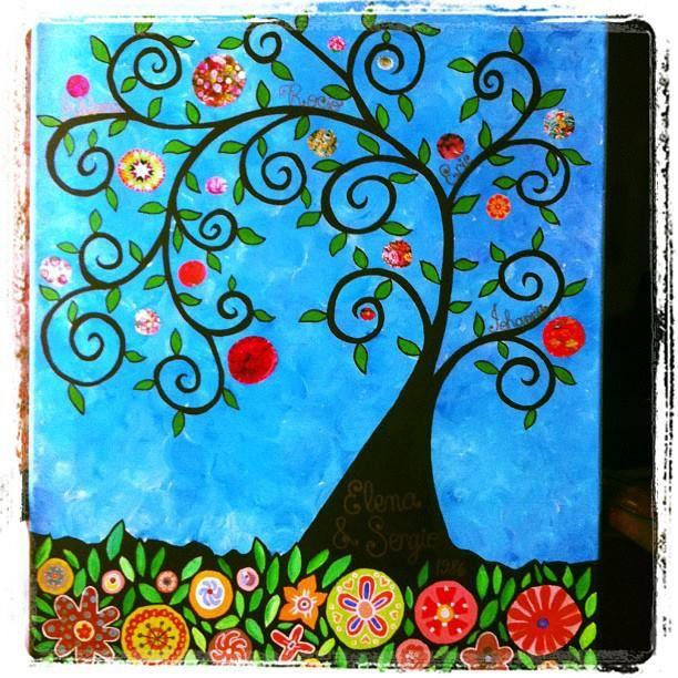 Arbol genealogico. // Family tree. By Rocío Bermúdez. Acrílico sobre bastidor, marcador dorado y recortes de revistas. // Acrylic on canvas, golden marker and magazzine clippings.