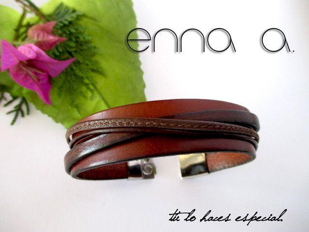 **Llévate la única y exclusiva pulsera de cuero Habana.** La recreación del cuero y el acero inoxidable, con un cierre de imán de acero inoxidable de 24 x 21 x 6, un cuero plano de 10 x 2 mm., un...