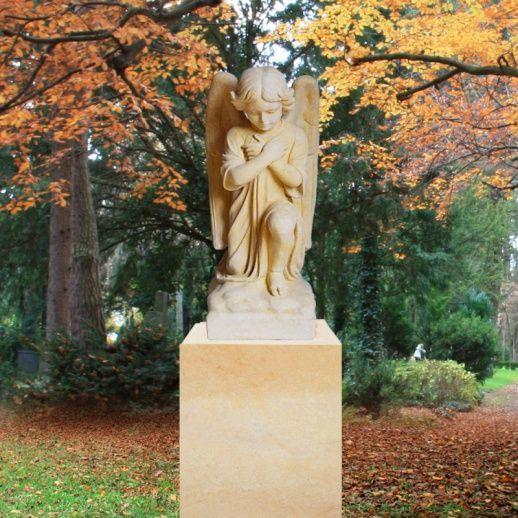 Schöner Grabgedenkstein aus Sandstein mit Engel Figur Kalus • Qualität & Service direkt vom Bildhauer • Jetzt Grabstein online kaufen bei ▷ Serafinum.de