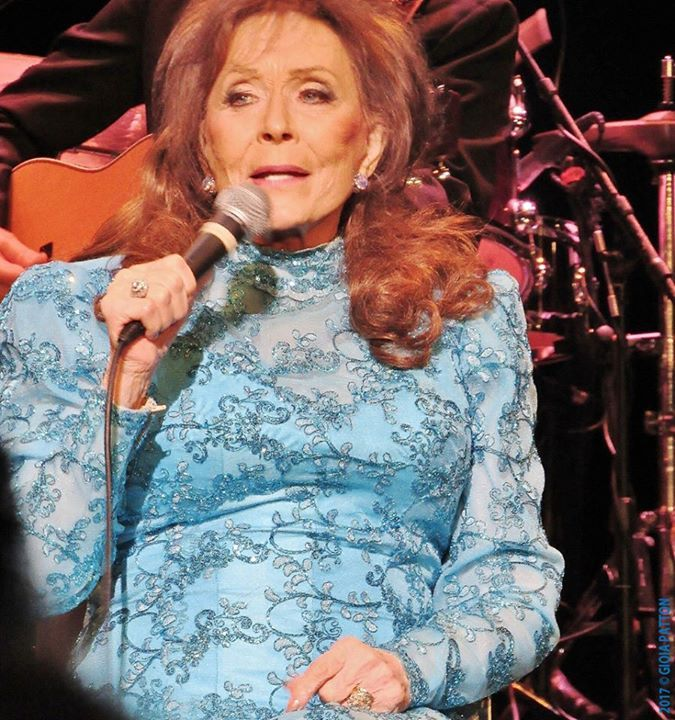 The Arts Insider did not score a photo credential to Loretta Lynn's Louisville Palace date, which took place on the last day of 'Women's History Month,' so she implemented her tried and true 'Plan B' by using her point 'n' shoot for these Louisville Palace concert pixs of the legendary and beloved singer/songwriter and Kentucky native. *The stunningly lovely young blonde woman in the next to final photo is Emmy Rose, Ms. Lynn's granddaughter and opening act. *Louisville native, and respected…