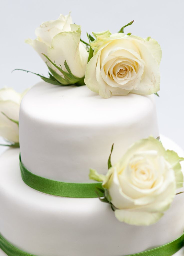 bruidstaart-met-witte-rozen-1