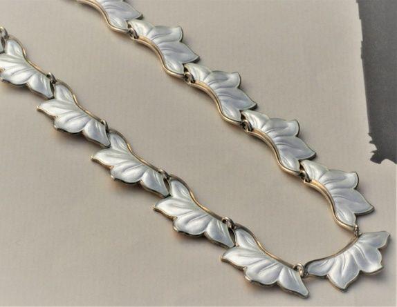 Collier/halskjede i forgylt sterling sølv, med hvit emalje. Vintage