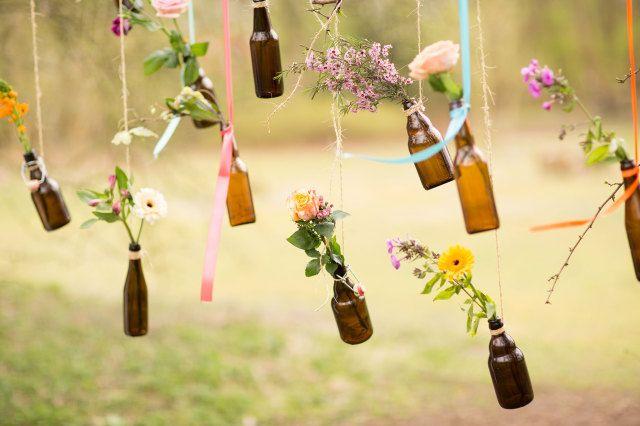 Bloemen in flesjes als bruiloftsdecoratie   ThePerfectWedding.nl