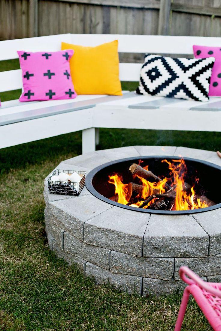Gekleurde kussens én meubilair zorgt voor accenten in de tuin.