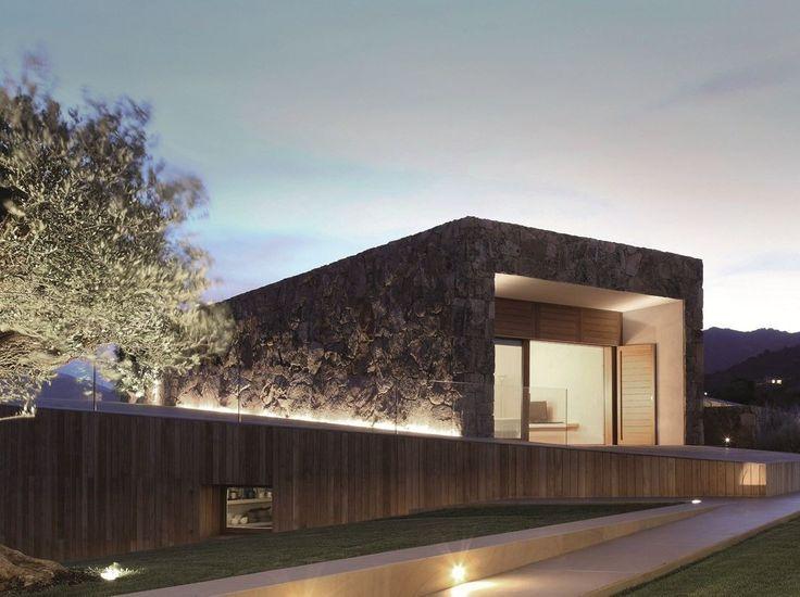 un edificio illuminato suggestivamente con luci led