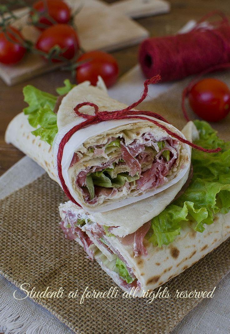 ricetta piadina arrotolata prosciutto crudo philadelphia e insalata ricetta fresca estiva piadina farcita veloce