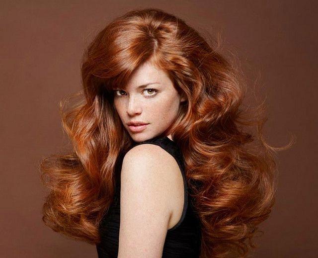 Bijna vintage look - krullend lang warm rood haar.