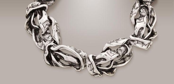 Gioielli d'argento ricchi di chiaroscuri e morbide rotondità, simulacri sinceri d'un amore perfetto. Guarda la gallery Raspini!