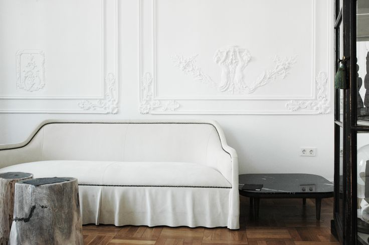 Atelier Anda Roman, Design Concept Store - The living room. Traditional sofa ARPÈGE by Castello Lagravinese - Busnelli.