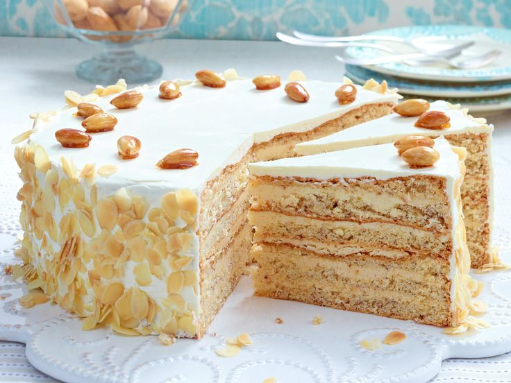 Buttercreme-Torte mit gebrannten Mandeln