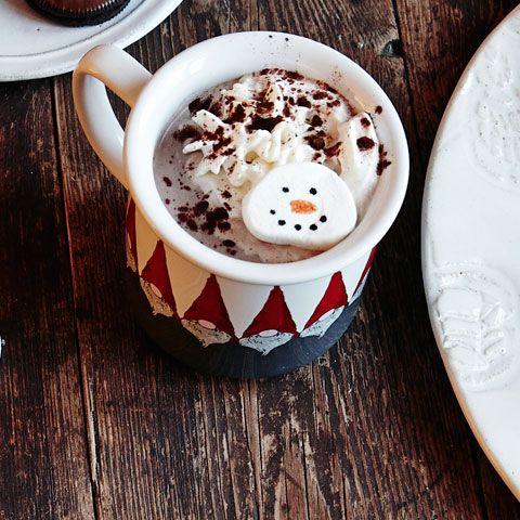 Låt en snögubbe smälta i den varma chokladen! Släpp loss fantasin garnera marshmallows i juliga motiv. Vi visar hur.
