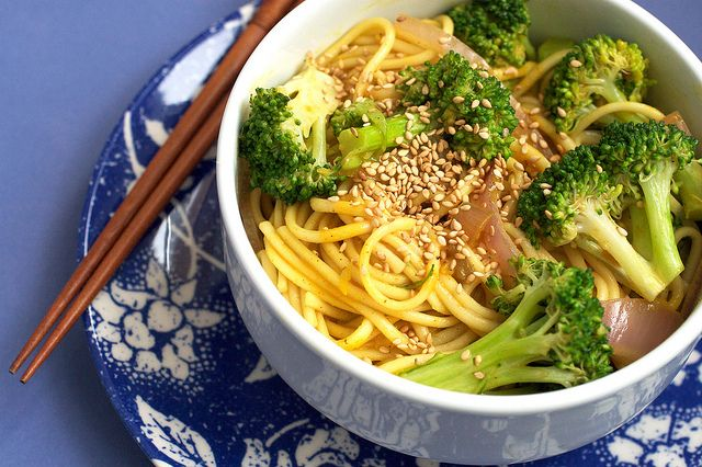 Broccoli Curry Udon... This looks soooo good. I can't wait to make this.: Punk Kitchens, Red Peppers, Posts Punk, Vegans Baking, Coconut Milk, Broccoli Curries, Vegans Food, Vegans Broccoli Recipes, Curries Udon