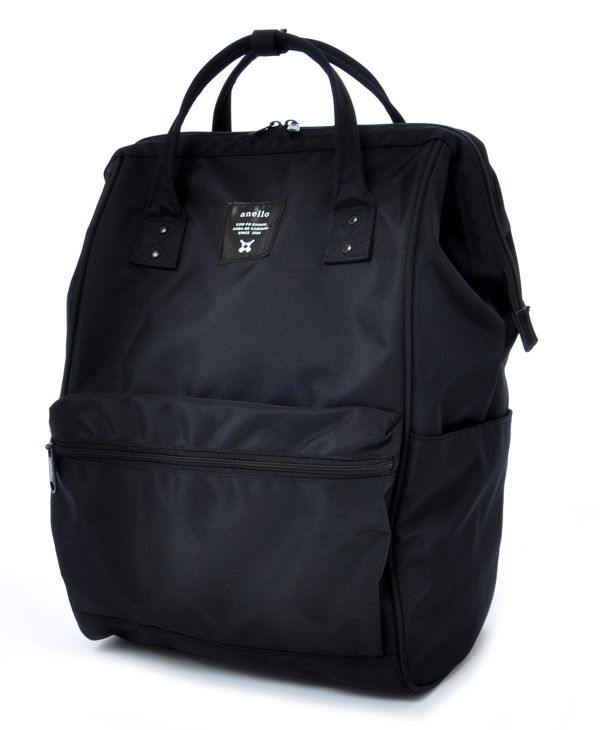 Anello Japanese backpack -  Carrot Company Official Online Store 限定デザイン口金リュックから機能とサイズ感がバージョンアップ!オールブラック仕様、シックで洗練されたデザイン、光沢感のある生地やオリジナルパーツ等、こだわりはそのままにさらに大容量の22Lへとサイズアップ。PCやタブレットを収納できるドキュメントポケットや、本格仕様の肉厚ショルダーストラップなど、マルチなシーンで活躍できる逸品。ユニセックスで合わせやすいサイズ感・デザインです。 ◆サイズ違い EC-B001はこちらから 素材:ポリエステル重さ:約800g容量:約22L開口部メイン:ファスナー        サイズ    横    縦    マチ              F 32cm45cm18cm    ※サイズ目安:A4サイズ収納可能持ち手長さ:37cmショルダー紐長さ:48~90cm【外側ポケット】オープンポケット×2 ファスナーポケット×1 背面直結ファスナー×1【内側ポケット】オープンポケット×2…