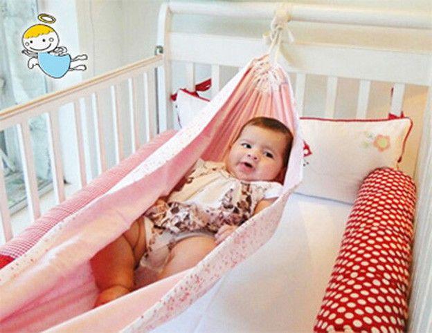 O uso da rede de berço para recém-nascidos permite uma simulação do ambiente uterino, pois envolve o corpinho do bebê numa posição confortável, assim, ele se sente mais seguro. A rede de berço é ideal para acalmar o bebê, pois o movimento rítmico e balanço são formas poderosas de relaxamento, is...