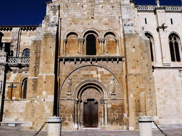 ROMÁNICO EN CASTILLA Y LEÓN. Puerta del Perdón de San Isidoro de León. Siglo XII.