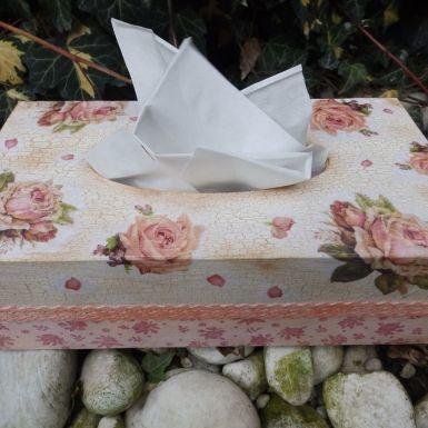 drevený zásobník na papierové vreckovky...... 25,5x 13,5x 8,5cm , s vysúvateľným dnom, ilus