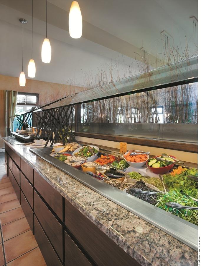 Salad Bar in the Dining Room - Bar à salade dans la salle à manger