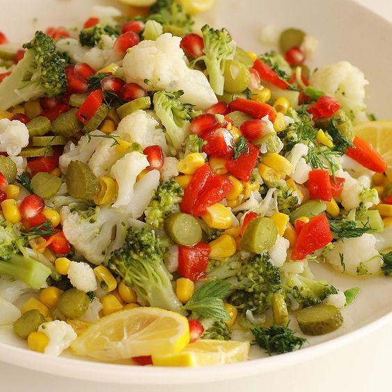 KARNABAHAR VE BROKOLİ SALATASI Vitamin deposu olan bir salata tarifi.  Malzemeler: Karnabahar ve brokoli dilediğiniz miktarda 1 kutu konserve mısır 5,6 közlenmiş kırmızı biber, Turşu Nar Dereotu 3,4 diş sarımsak Zeytinyağı 1 limon Tuz Ve isterseniz nar ekşisi Yapılışı; Brokoli ve karnabahar ı minik parçalara bölün. Buharda yada suda haşlayın. Diğer malzemeleride dograyıp ilave edin. Zeytinyağı limon sarımsak …