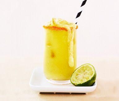 Len och söt mango, krispiga äpplen och syrlig lime sätter tonen på denna perfekta fruktjuice. Enkel att göra, enkel att dricka och enkel att älska. Blanda allt i en råsaftcentrifug.