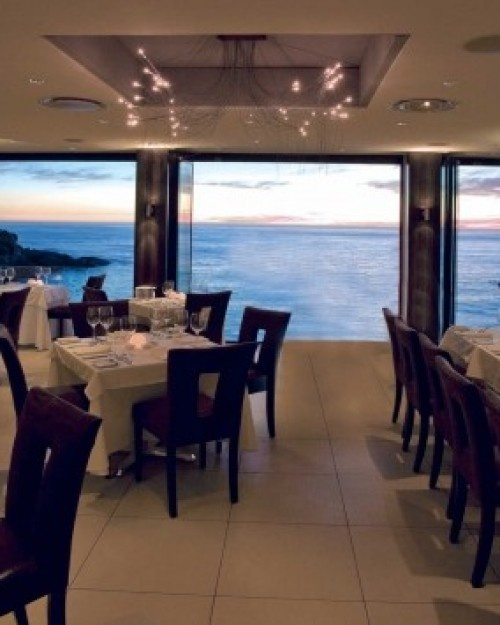 The Ambassador Hotel ( Cape Town, South Africa ) Salt Restaurant serves fusion French-African fare in its gorgeous clifftop dining room. #Jetsetter #JSBeachDining