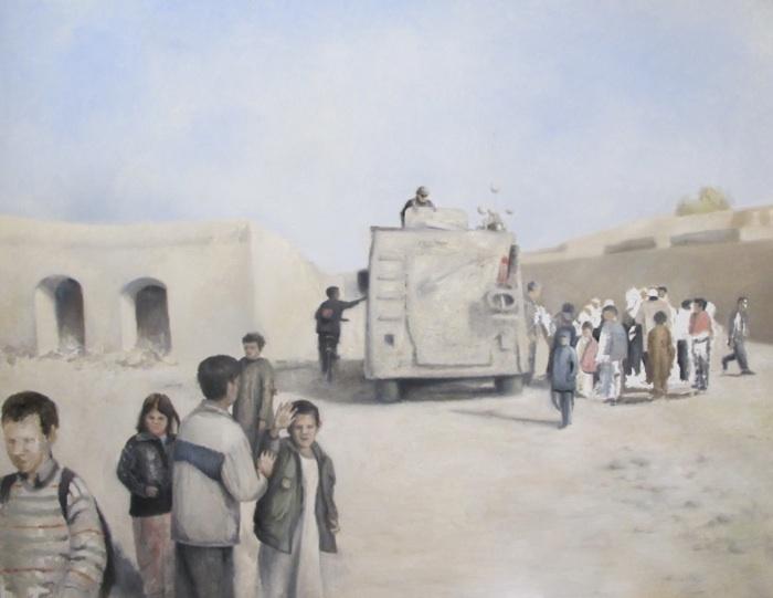 Udenfor Aberzahn kvindecenter ved skole. Børnenes interesse for soldaternes tilstedeværelse er stor. Mathilde Fenger. Olie på lærred 2012