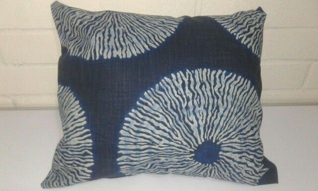 Cojin azul con diseño por solo $ 4900