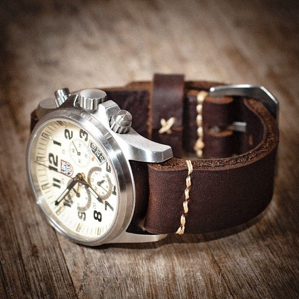Luminox Watch with a nice, beefy leather strap.... Excellent!!! Nem me importa se é masculino ou feminino, fundo branco, analógico adoooooro