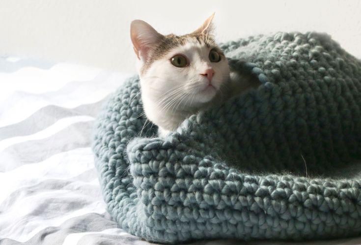 Ce patron gratuit est destiné à tous ceux d'entre vous qui ont un chat frileux à la maison : une maison pour chat en crochet.