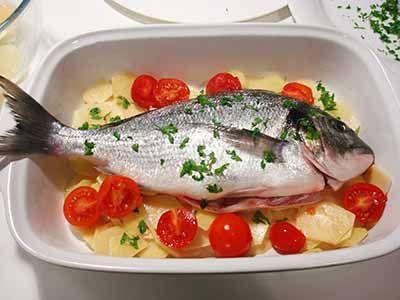 La ricetta dell'orata al forno con patate e pomodorini è molto semplice ma permette di ottenere un secondo piatto di pesce gustoso e leggero. L'orata cotta in questo modo conserva tutto il profumo del mare.