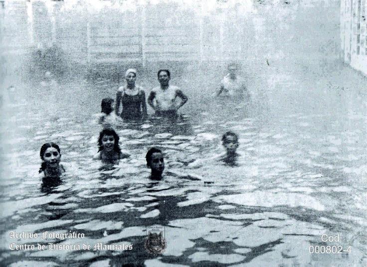 Visitantes en la antigua piscina del Hotel Termales del Ruíz, 1951.