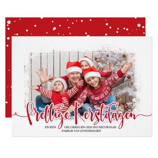 Kerstkaart Met Eigen Foto. Stuur een persoonlijke kerstgroet naar familie en vrienden met deze hippe kerstkaarten met foto van uw gezin of kind(eren). De achterkant heeft een speels vallende sneeuwvlokken patroon op een (te wijzigen) rode achtergrond.