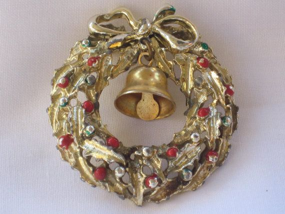 Vintage christmas wreath pin with bell by mimmiestreasurechest 8 00