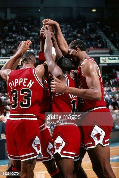 Fotografia de notícias : The Chicago Bulls huddle against the Sacramento...